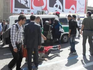 Immer wieder werden widerspenstige Frauen schon auf der Straße geprügelt