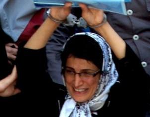 Nasrin Sotoodeh in Handschellen bei der Gerichtsverhandlung - Foto: www.kaleme.com