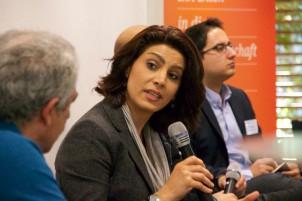 Pooneh Ghoddoosi moderierte die Podiumsdiskussion mit Dr. Gholam Khiabany (links), Mahmood Enayat (ganz rechts) und Ehsan Norouzi