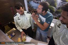 Die Polizei und der Fastenbrecher - das Foto ging durch das persischsprachige Internet.