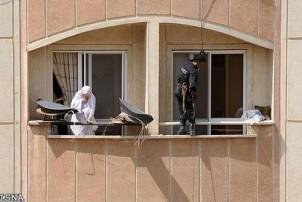 Die Teheraner Polizei auf der Jagd nach  Satellitenschüsseln