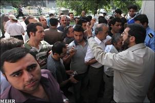 Devisenjäger bilden fast täglich vor den Banken und Wechselstuben in Teheran lange Schlangen.
