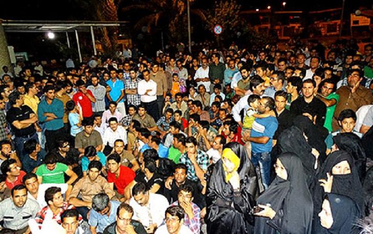 Die etwa 5.000 Arbeiter des Eisenerzbergwerks Bafgh in der mitteliranischen Provinz Yazd sind fest entschlossen, ihren Streik bis zur Erfüllung ihrer Forderungen fortzusetzen. Die Arbeitsniederlegung begann am Dienstag, den 19. August, und richtete sich anfangs gegen die Verhaftung von zwei Arbeiteraktivisten, die sich gegen die Pläne zur Teilprivatisierung des Betriebes eingesetzt hatten. Nachdem sieben weitere protestierende Arbeiter verhaftet wurden, verlangen die Bergarbeiter jetzt neben der Freilassung ihrer Kumpel auch die Entlassung des Bergwerkleiters und Garantien, dass ihr Betrieb nicht privatisiert wird. Sie werden dabei von ihren Familien unterstützt, die seit Tagen vor dem Stadtratsgebäude in Bafgh harren.