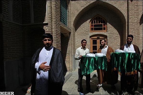 Islamische Republik in Sackgasse - Foto:Absolventen der theologischen Schule Marvi in Teheran bekommen den Turban. Damit werden sie zu Mullahs ernannt und sind befugt, zu predigen.