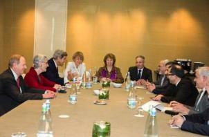 """""""Dreier Treffen"""" in Genf: Irans Außenminister (4. v. re.), EU-Vertreterin Catherine Ashton (mitte), US-Außenminister (3. v. li.) - Foto: Irna.ir"""
