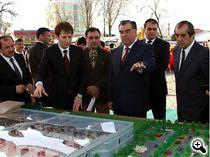 Babak Zanjani neben Tadschikistans Präsident Imamali Rahman (2., re.)