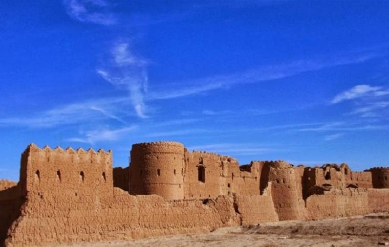 Für die Restaurierung der Saryazd-Zitadelle wurde der Iran mit einem Ehrenpreis der UNESCO ausgezeichnet. Die Wiederherstellungsmaßnahme war durch eine private Initiative ermöglicht worden. In der Pressemitteilung des UN-Informationszentrums (UNIC) wird darauf hingewiesen, dass dadurch nicht nur ein historisch einmaliger Komplex in einer Wüstenregion erhalten bleibt, sondern auch Arbeitsplätze für die lokale Bevölkerung geschaffen werden. Die dreistöckige Zitadelle liegt etwa 20 km südlich der Stadt Yazd und wurde in der Zeit der Sassaniden-Dynastie (224 – 651) gebaut.