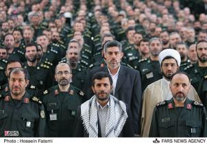 Ahmadinedschad (2. v. re.), einst hochrangiger Revolutionsgardist, hat in der Revolutionsgarde viele Anhänger