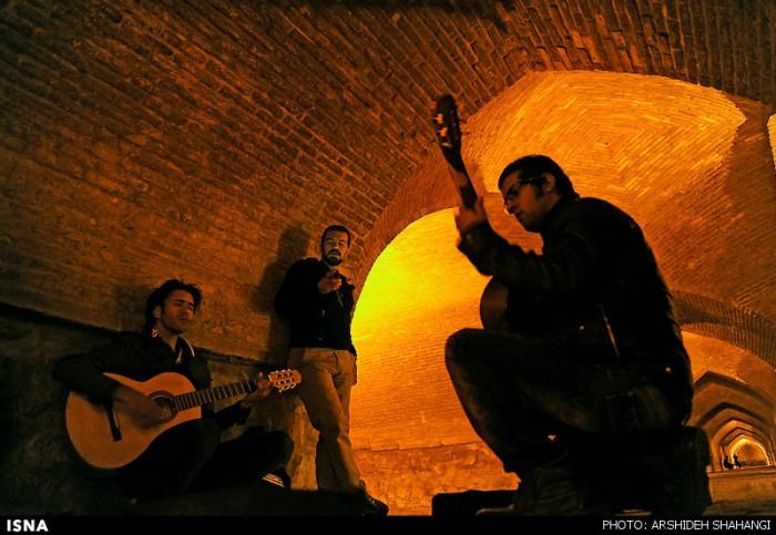 """Unter der 33-Bögen-Brücke """" Si-o Seh Pol"""" kommen Abends junge Musiker aus der historischen iranischen Stadt Isfahan zusammen und spielen gemeinsam Lieder."""