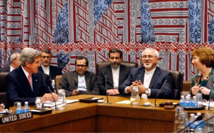Irans Außenminister Sarfi (2. re.) und sein amerikanischer Amtskollege John Kerry (1. li.) in Genf - Foto: entekhab.ir