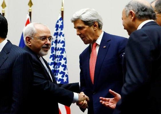 """Dieses Foto kursiert seit Sonntag, den 24. November, in der persischsprachigen Internetgemeinde. Es zeigt den iranischen Außenminister M. Javad Sarif (li.) und seinen US-amerikanischen Amtskollegen John Kerry beim Händeschütteln nach der """"historischen Einigung"""" zwischen dem Iran und dem Westen zur Lösung des Atomkonflikts -. Foto: Fararu.com"""