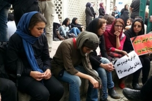 Angehörige der Gefangenen protestieren vor dem Präsidialamt