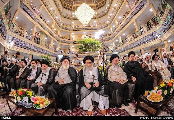 """Die Ayatollah Khonsaris Religionsschule ist eine der zahlreichen Ausbildungsstätten für Theologen in der heiligen Stadt Ghom. Die Gründer, die Familie des Ayatollah Khonsari, rühmen sie als eine der """"modernsten"""" Religionsschulen der Welt. Das Budget dafür habe ihnen der Verborgene Imam Mahdi zukommen lassen, sagte Kazem Khonsari der Zeitung Shargh. Nach schiitischer Auffassung des Islam werde Imam Mahdi in einer unbestimmten Zukunft erscheinen, um auf der Erde Gerechtigkeit walten zu lassen. Ausgestattet mit Fahrstuhl und Internetraum in über 8.000 qm. werden in der Khonsari Hochschule Mullahs ausgebildet, die später die Bevölkerung in allen politischen und sozialen Fragen """"den rechten Weg"""" weisen sollen. Zu den Hauptfächern gehören unter anderem Englisch und Arabisch."""