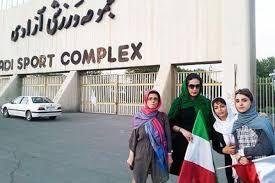 Jila Baniyaghoob (1. li.) mit anderen protestierenden Frauen vor einem Teheraner Stadion