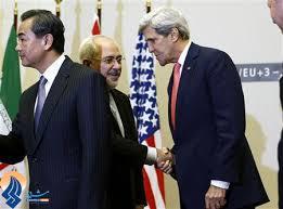 Irans Außenminister M. Javad Sarif reicht bei den Verhandlungen in Genf seinem US-amerikanischen Amtskollegen John Kerry die Hand