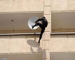 Die Teheraner Polizei bei einer Satelletinschüssel-Vernichtungsaktion