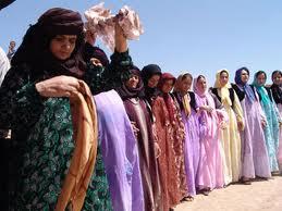 Kurdinnen bei einem traditionellen Tanz