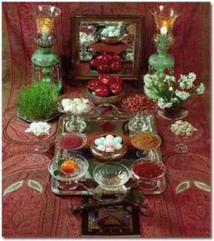 """Die Haft-Sin-Tafel, auf der mindestens sieben Lebensmittel oder Pflanzen versammelt sind, die in der persischen Sprache mit dem Buchstaben """"S"""" beginnen."""