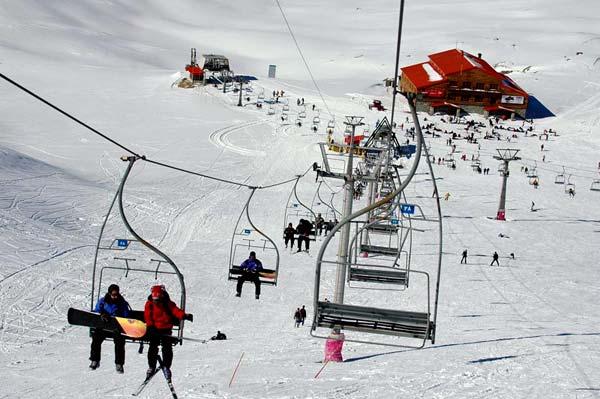 Neue Ski-Saison Im Norden und Nordwesten des Iran hat die neue Ski-Saison begonnen. Das Foto zeigt Totschal (Tochal), eine der berühmtesten Ski-Pisten des Iran. Totschal ist ein 3.964 Meter hoher Berg im Albors-Gebirge. Er gehört zu den beliebten  Naherholungsgebieten der Hauptstadt Teheran.