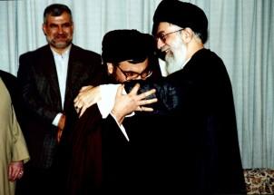 Die USA braucht den Iran für die Stabilisierung im Libanon - Der Chef der libanesischen Hizbollah (li) küsst die Hand des iranischen Revolutionsführers Khamenei!
