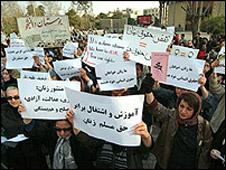 Frauen in Teheran fordern gleiche Rechte in Bildung und Beschäftigung