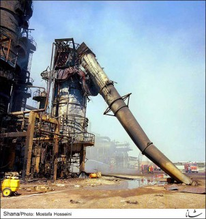 Während des irakisch-iranischen Krieges - 1980 - 88 - wurde die iranische Ölindustrie schwer beschädigt. Wegen der Sanktionen war eine Erneuerung aller Anlagen nicht möglich. Foto: Ölraffinerie Teheran im Jahr 1986.