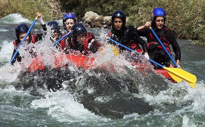 An dem ersten landesweiten Raftingwettkampf im Iran haben zehn Teams aus fünf Provinzen teilgenommen. Dabei haben die Teheraner Frauen den ersten Platz belegt. Bei den Wettkämpfen der Männer gewann das Team aus der Provinz Chaharmahal Bakhtiari. Der Iran wird an den Rafting-Weltmeisterschaften, die vom 18. Bis 24. November 2013 in Neuseeland stattfinden, teilnehmen.
