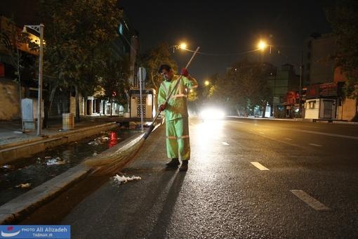 Die kleineren Straßen der iranischen Hauptstadt werden immer noch mit Besen gereinigt. Weil im Großraum Teheran tagsüber etwa 15 Millionen Menschen und schätzungsweise mehr als acht Millionen Kraftfahrzeuge unterwegs sind, werden die Straßen in der Nacht gepflegt.
