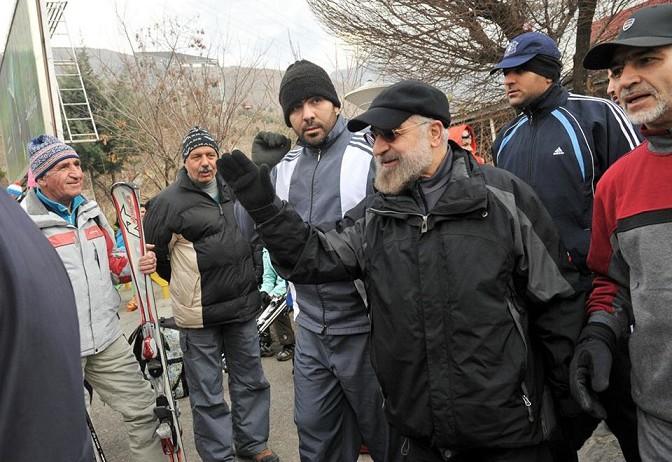 Der iranische Präsident Hassan Rouhani beim Bergsteigen in der Nähe von Teheran. Rouhani hat seine Fotos in ungewöhnlichem Outfit auf seiner Facebook-Seite veröffentlicht.