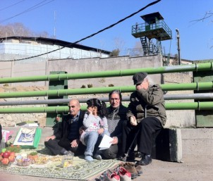 """Einige Regimekritiker verbrachten das iranische Neujahr vor dem berüchtigten Teheraner """"Evin"""" Gefängnis. Foto: www.kalameh.com"""
