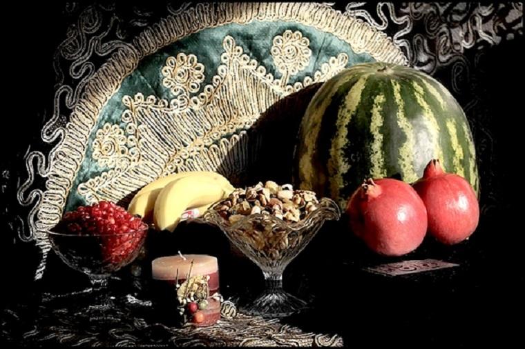 """Das Yalda-Fest gehört zu den vier großen Festen des indo-iranischen Kulturkreises, die gemäß dem iranischen Sonnenkalender begangen werden. Die Yalda-Nacht, auch """"Tschel-leh-Nacht"""" genannt,wird anlässlich der Wintersonnenwende, also der längsten Nacht des Jahres, gefeiert. In der Yalda-Nacht besuchen die IrannerInnen die Ältesten der Familie und feiern mit ihnen bis zum Erscheinen des Lichtes. Traditionell werden zu diesem Anlass vor allem Melonen, Granatäpfel, Trauben und Nüsse verzehrt. Der Gedichtband """"Diwan"""" des bekannten iranischen Dichters Hafiz sorgt für Spannung, da seine Poesie Jung und Alt als Orakel dient."""