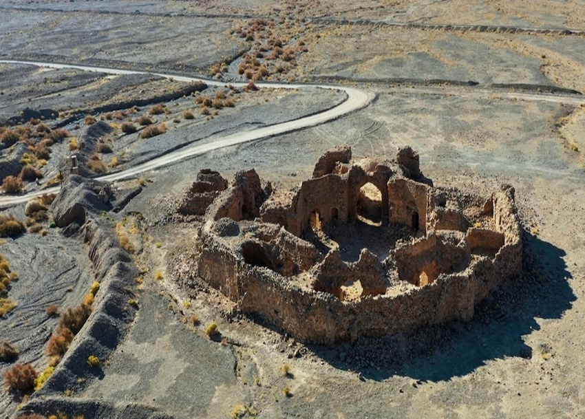 Die steinerne Karawanserei am Rande der Wüste