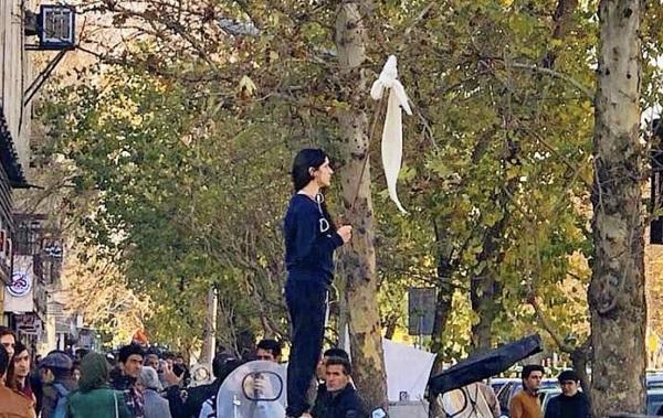 Immer wieder protestieren iranische Frauen öffentlich in unterschiedlichen Formen gegen die Zwangsverschleierung