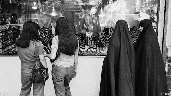 Vor der Revolution von 1979 gab es im Iran keine staatlich verordnete Kleiderordnung für Frauen!