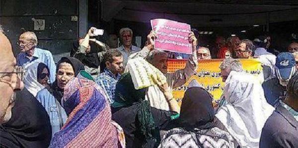 Leere Staatskassen führen im Iran zu wöchentlichen Protesten: mal sind es Arbeiter*innen, mal Renter*innen (Foto), oder Student*innen