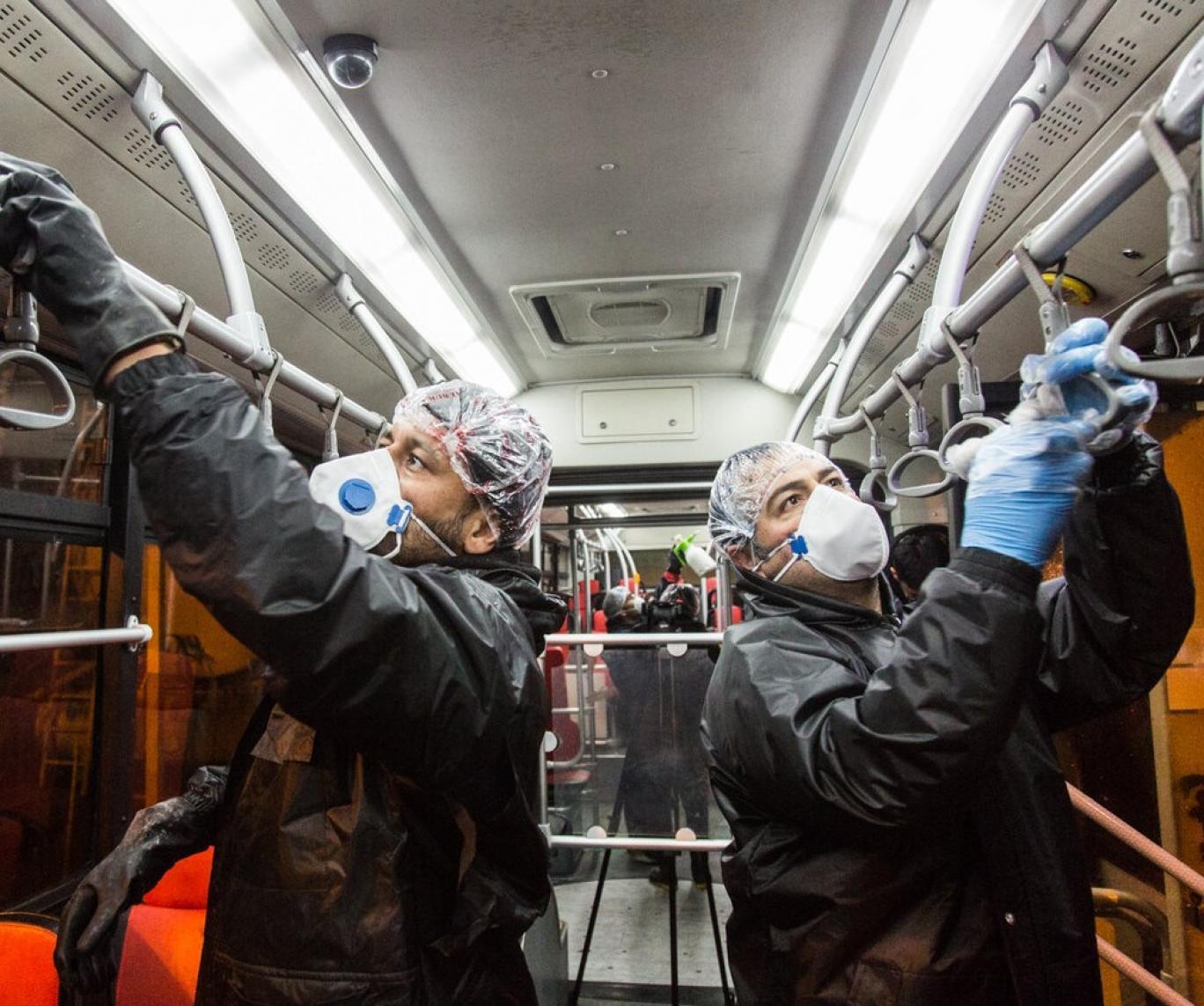 Die Wagen der Teheraner U-Bahn werden desinfiziert