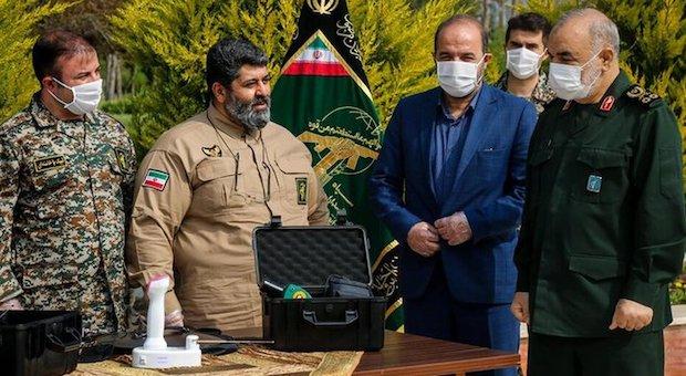 """Hossein Salami, Chef der iranischen Revolutionsgarde (re.) bei der Vorstellung des """"Virusdetektors"""""""