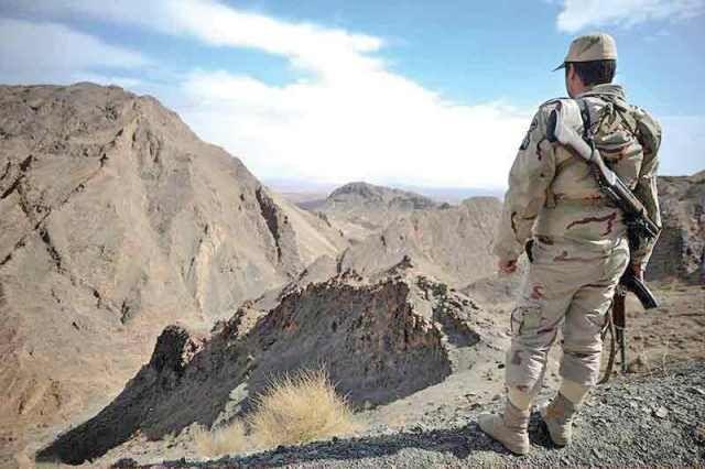 Iranischer Soldat an der iranisch-afghanische Grenze