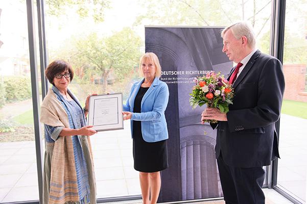 Die Vorsitzenden des Deutschen Richterbundes Barbara Stockinger und Joachim Lüblinghoff überreichen den Menschenrechtspreis für Nasrin Sotoudeh an die iranische Frauenrechtlerin Mansoureh Shojaee