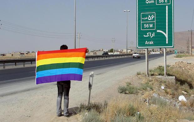 Ein Mann mit einer Regenbogenflagge im Iran