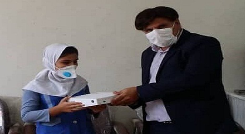 Lehrer beschenkt Schüler*innen mit Tablets