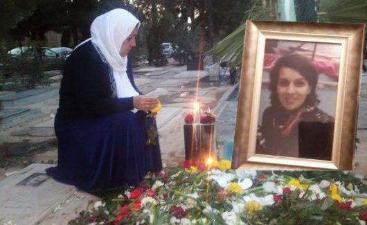 Sholeh Pakravan am Grab ihrer Tochter Reyhaneh
