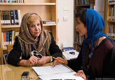 Die Dichterin Simin Behbahani (re.) war eine der prominenten Unterstützer*innen der Kampagne Eine Million Unterschriften - im Foto interviewt Mansoureh Shojaee die berühmte Dichterin