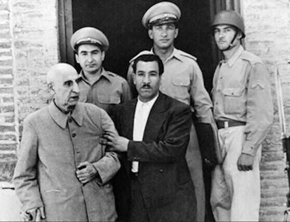 Mohammad Mossadegh (li.) wurde nach dem Putsch verhaftet und anschließend unter Hausarrest gestellt!