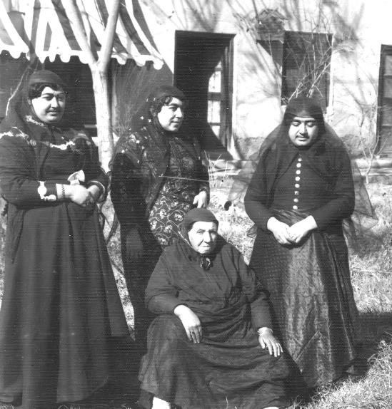 Typische Kleidung der iranischen Frauen vor der Pahlavi-Dynastie