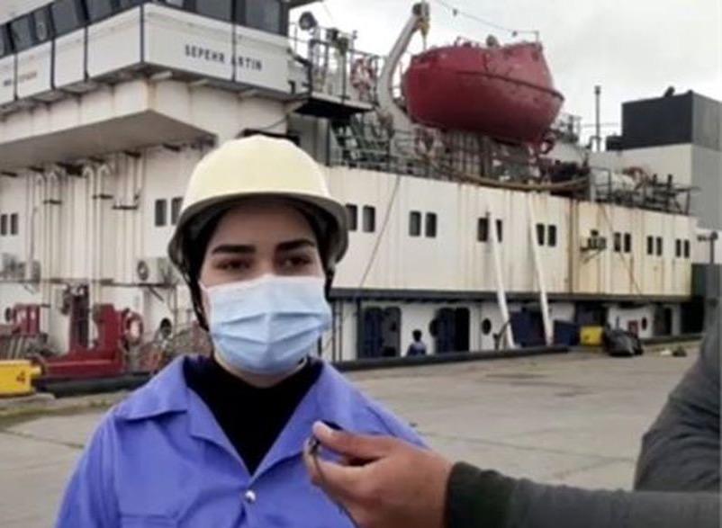 Erste iranische Matrosin am Kaspischen Meer