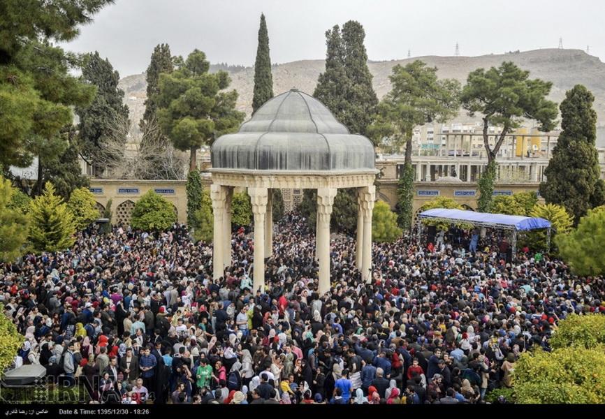 Jährlich besuchen Zehntausende Poesie-Liebhaber*innen Hafis' Mausoleum in der iranischen Stadt Shiraz!