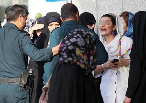 """Moralpolizist*innen in Teheran schikanieren """"nicht-islamisch-gekleidete"""" Frauen"""