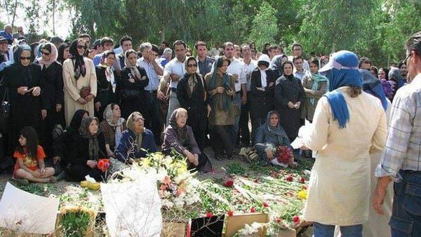 Die Mütter der hingerichteten politischen Gefangenen im Sommer 1988 besuchen regelmäßige die Massengräber ihrer Kinder im Khavaran-Friedhof