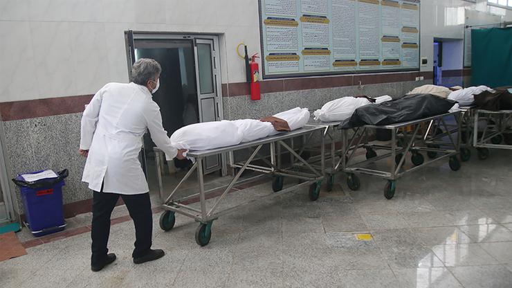 In Maschad gibt es nicht genug Särge, um die Toten zu transportieren!